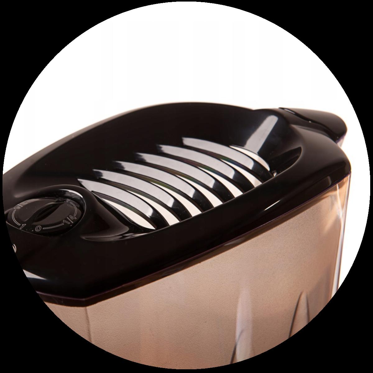 Aquaphor Prestige (czarny) dzbanek filtrujący - nalewanie