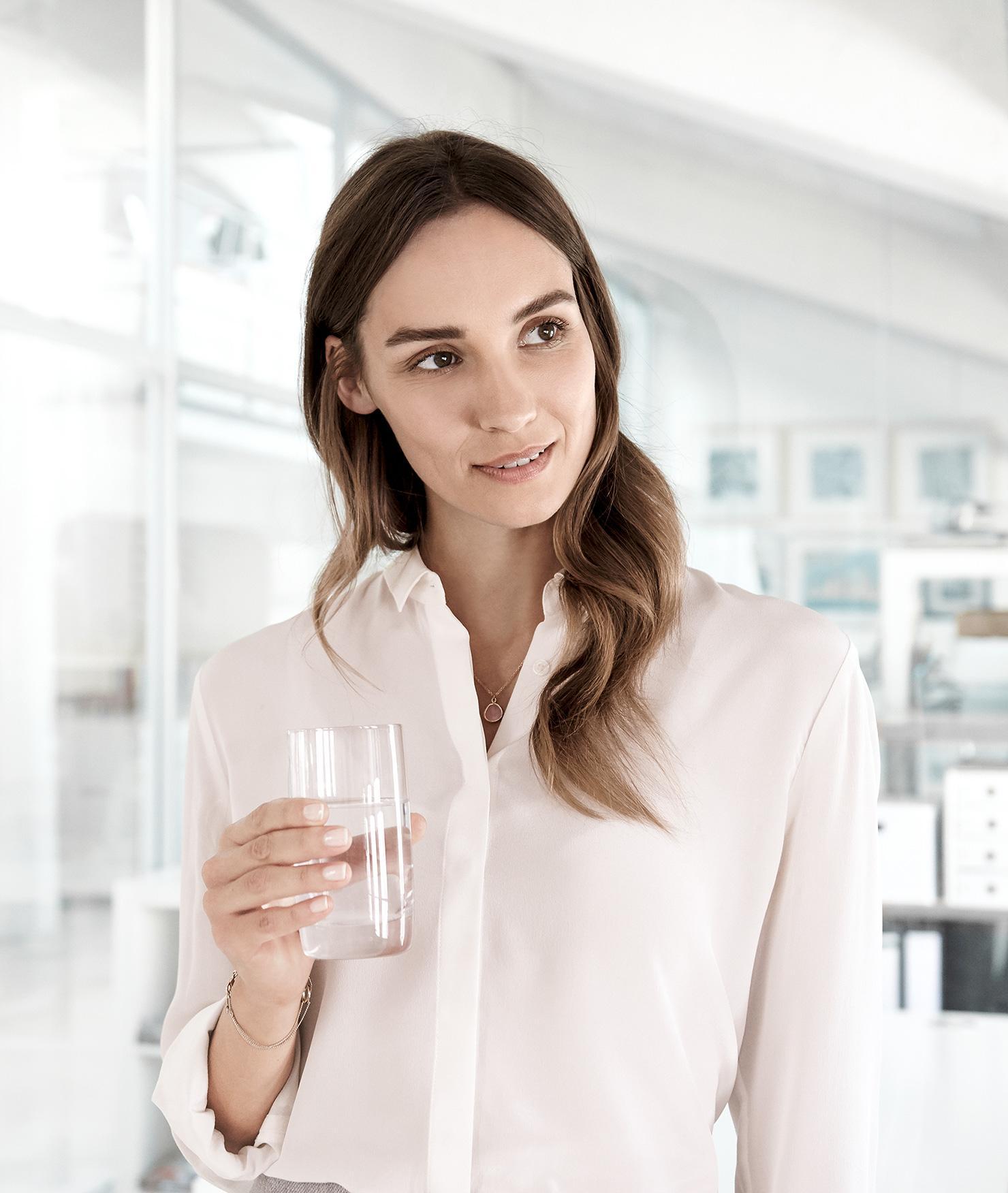 Filtr Brita Purity C1000 AC - kobieta ze szklanką wody