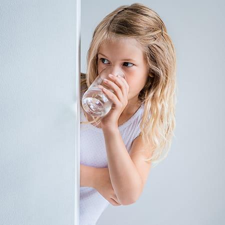 Woda dla szkół i przedszkoli - dziewczynka pijąca wodę