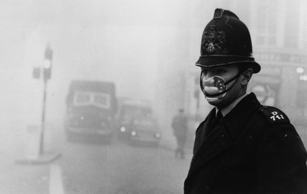 Smog londyński - skutki? Człowiek w masce