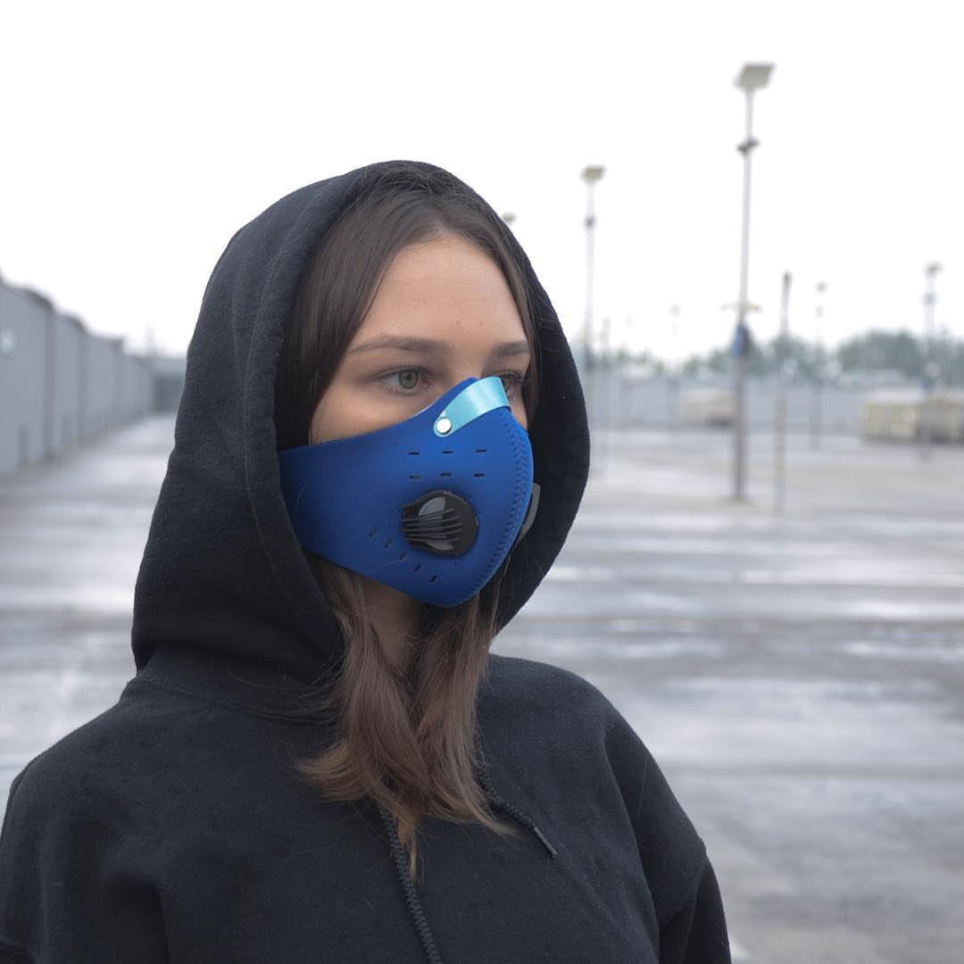 Maska antysmogowa Azimut - kobieta w masce antysmogowej Azimut